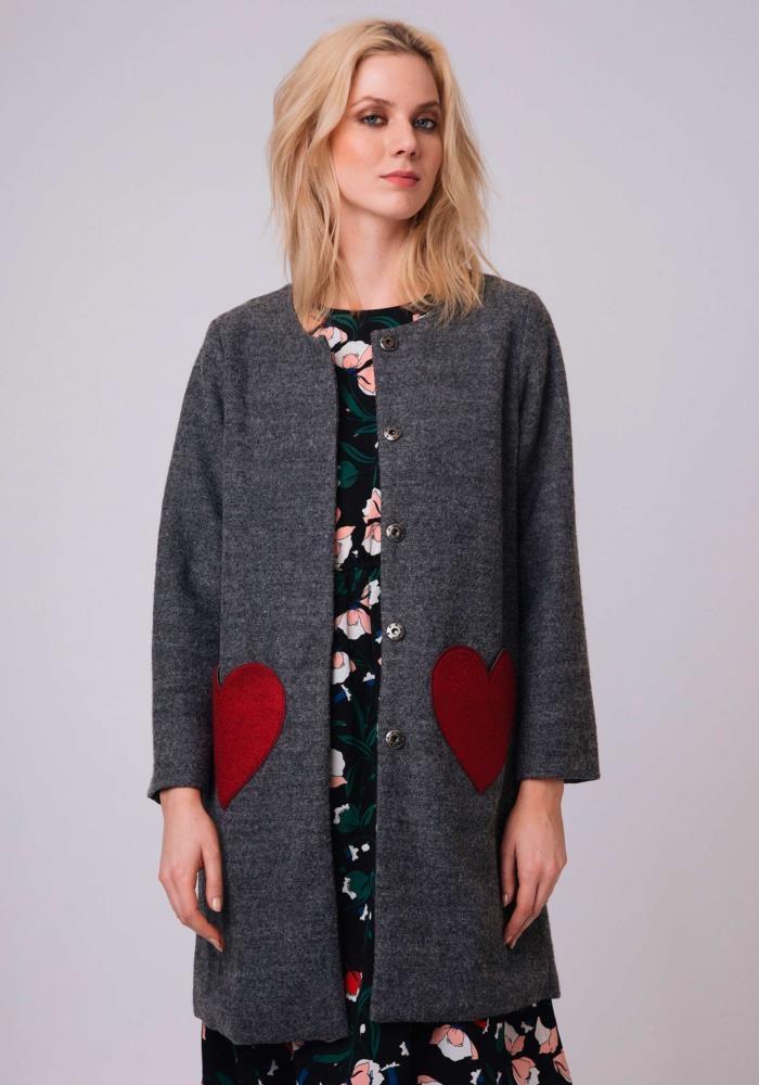 abrigo-gris-lana-bolsillos-corazones