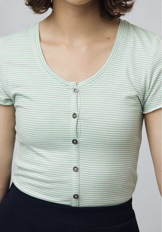 camiseta-verde-rayas-botones-sandia