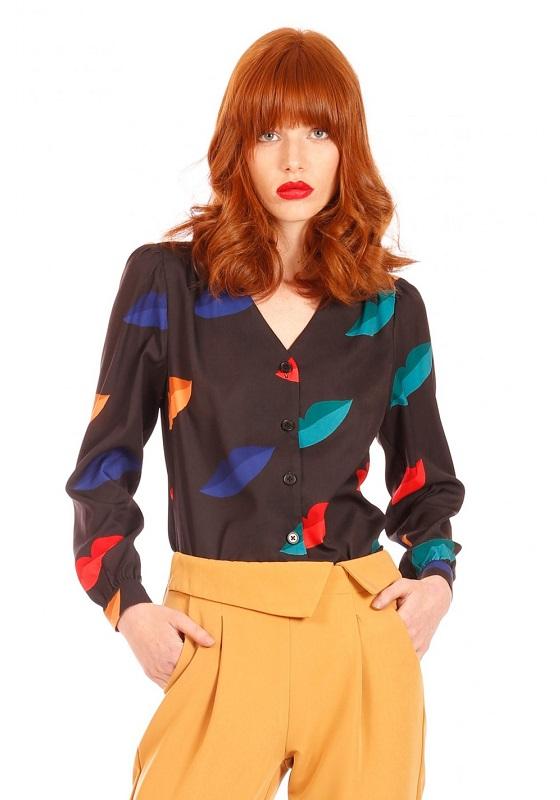 camisa-negra-estampado-labios-multicolor