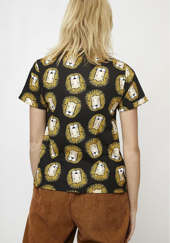 camiseta-leones-estampado-negro