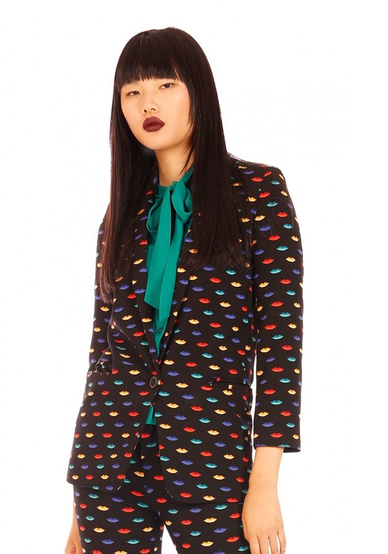 chaqueta-americana-negra-estampado-labios-colores