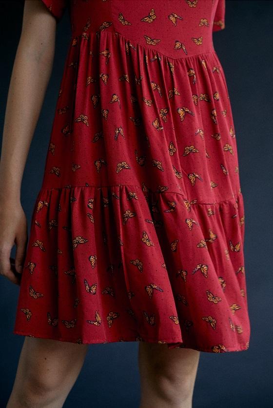vestido-granate-estampado-mariposas-escote-pico
