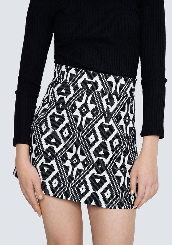 falda-corta-estampado-etnico-negro