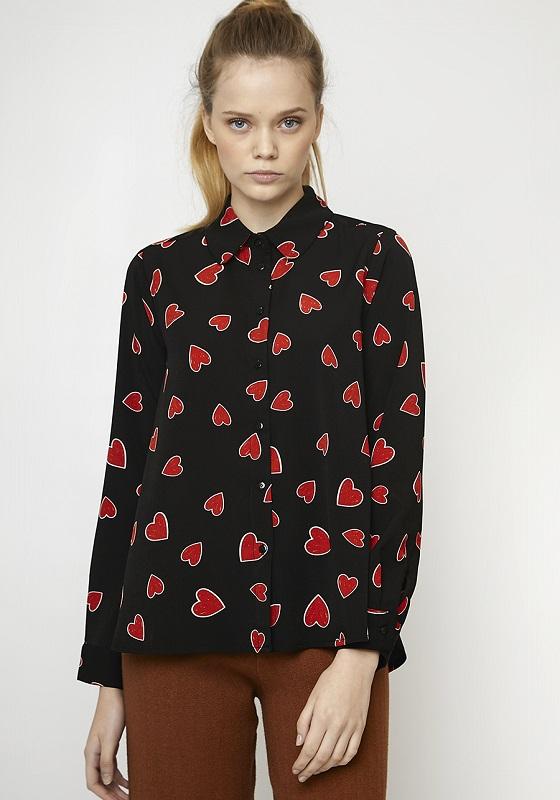 camisa-negra-estampado-corazones-rojos