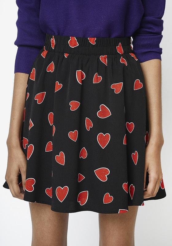 falda-corta-negro-estampado-corazones