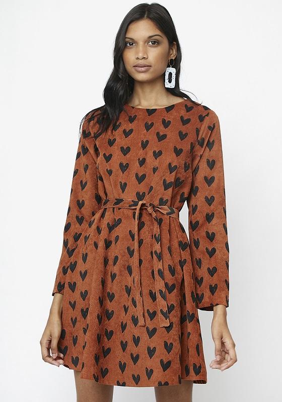 vestido-corto-marron-estampado-corazones