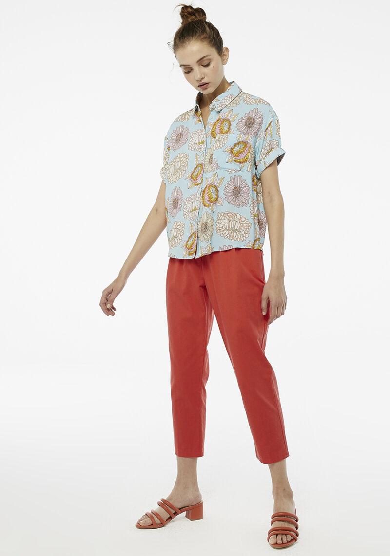 camisa-celeste-manga-corta-flores