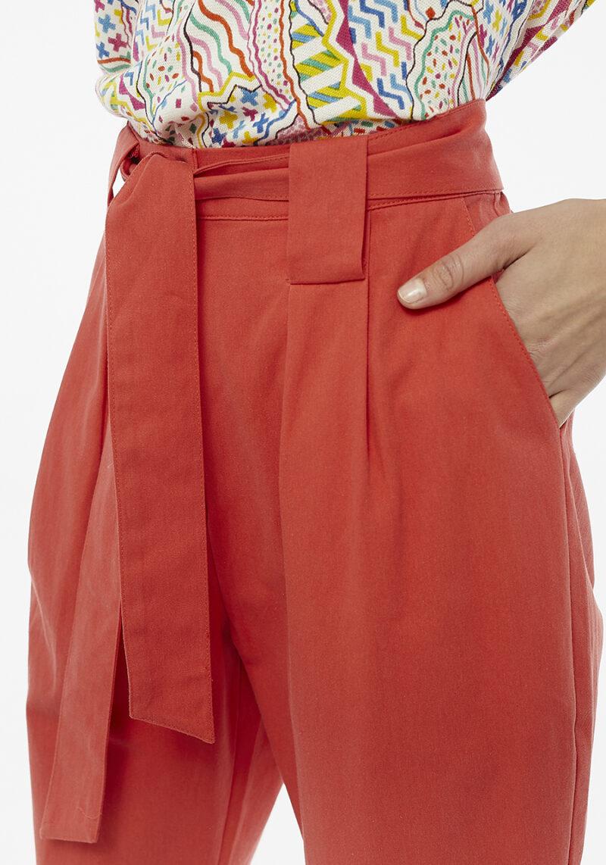 pantalones-con-pinzas-rojo