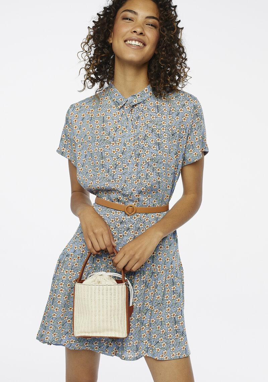 vestido-corto-azul-estampado-flores