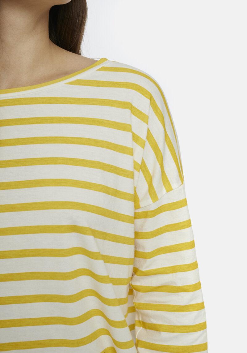 camiseta-con-rayas-amarillas