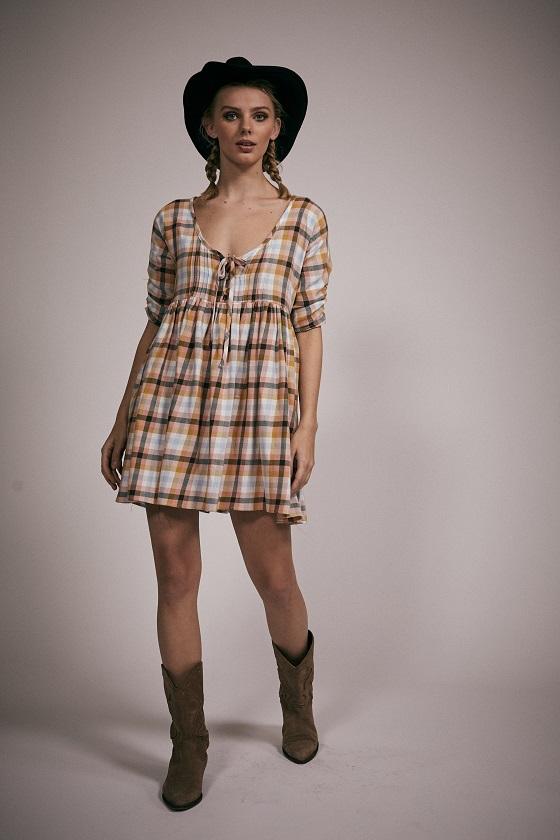 vestido-corto-cuadros-mangas-francesas