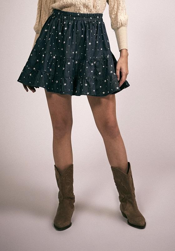 falda-corta-tejana-estrellas-bordadas