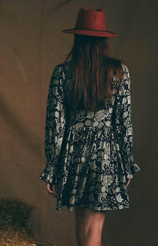 vestido-negro-celine-escote-pico