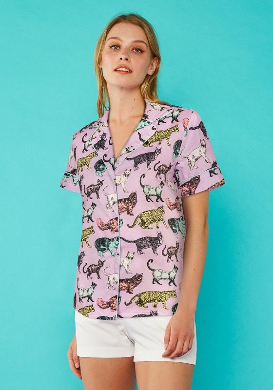camisa-lila-estampado-gatos