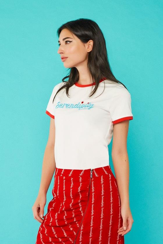 camiseta-blanca-ribete-rojo