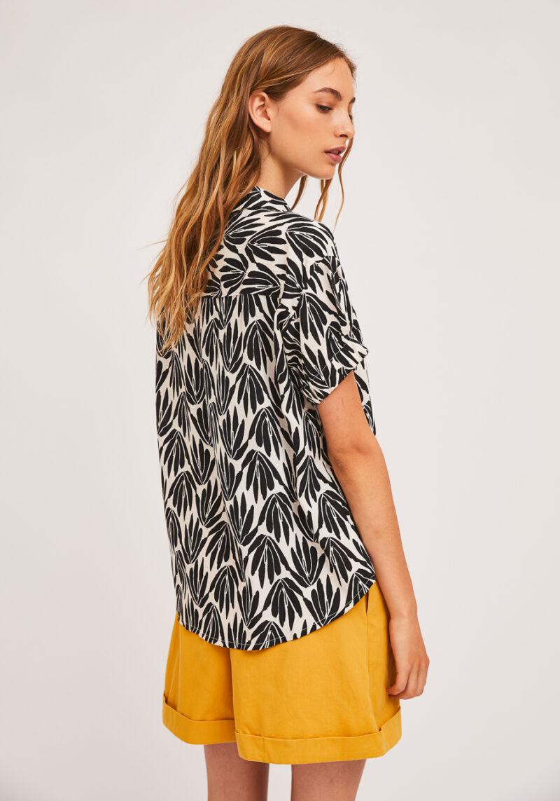 camisa-estampado-floral-blanco-negro