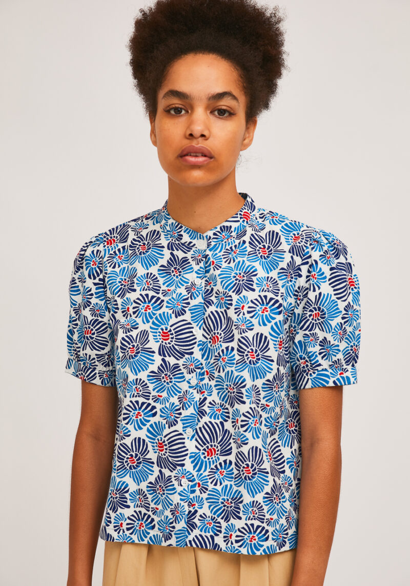 camisa-estampado-flores-azul