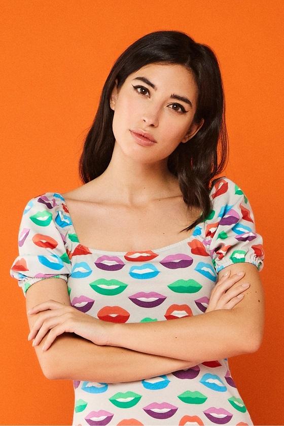 vestido-gris-estampado-labios-multicolor