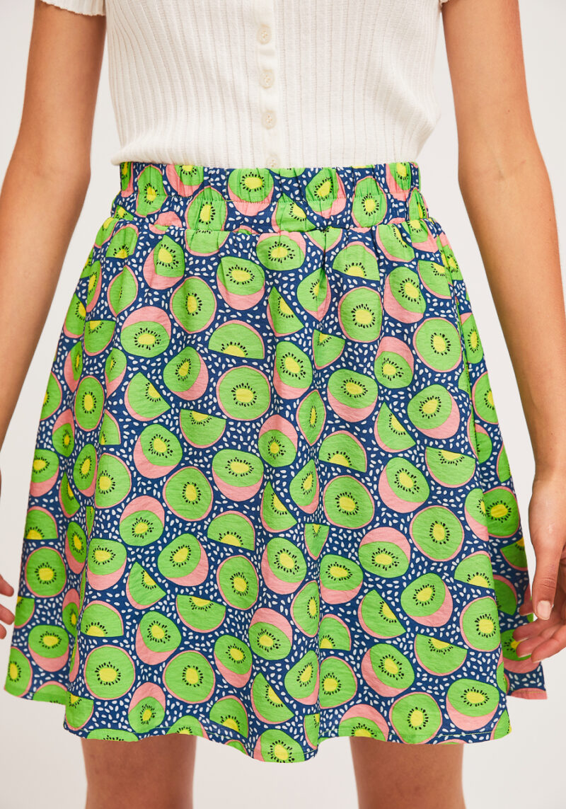 falda-corta-azul-estampado-kiwis