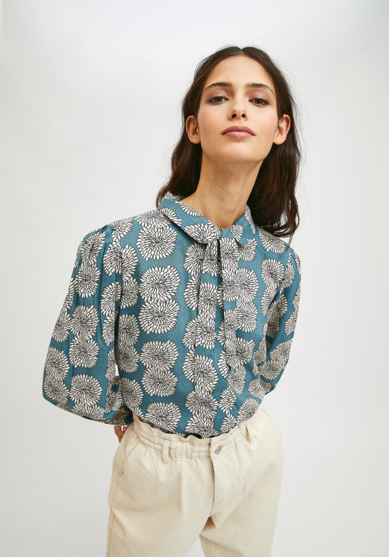 camisa-azul-estampado-crisantemo