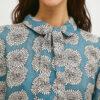 camisa-azul-estampado-floral-crisantemo