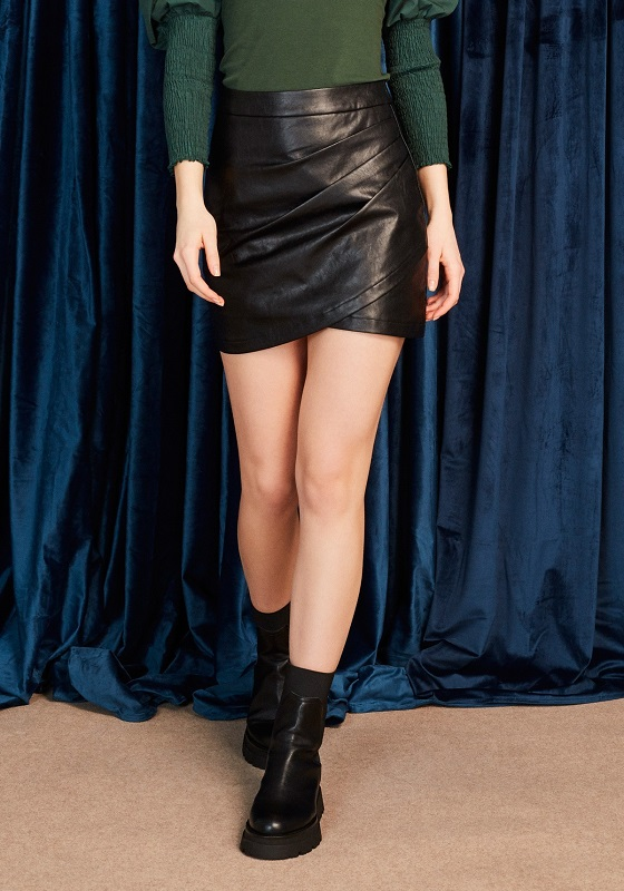 falda-corta-piel-vegana-negro