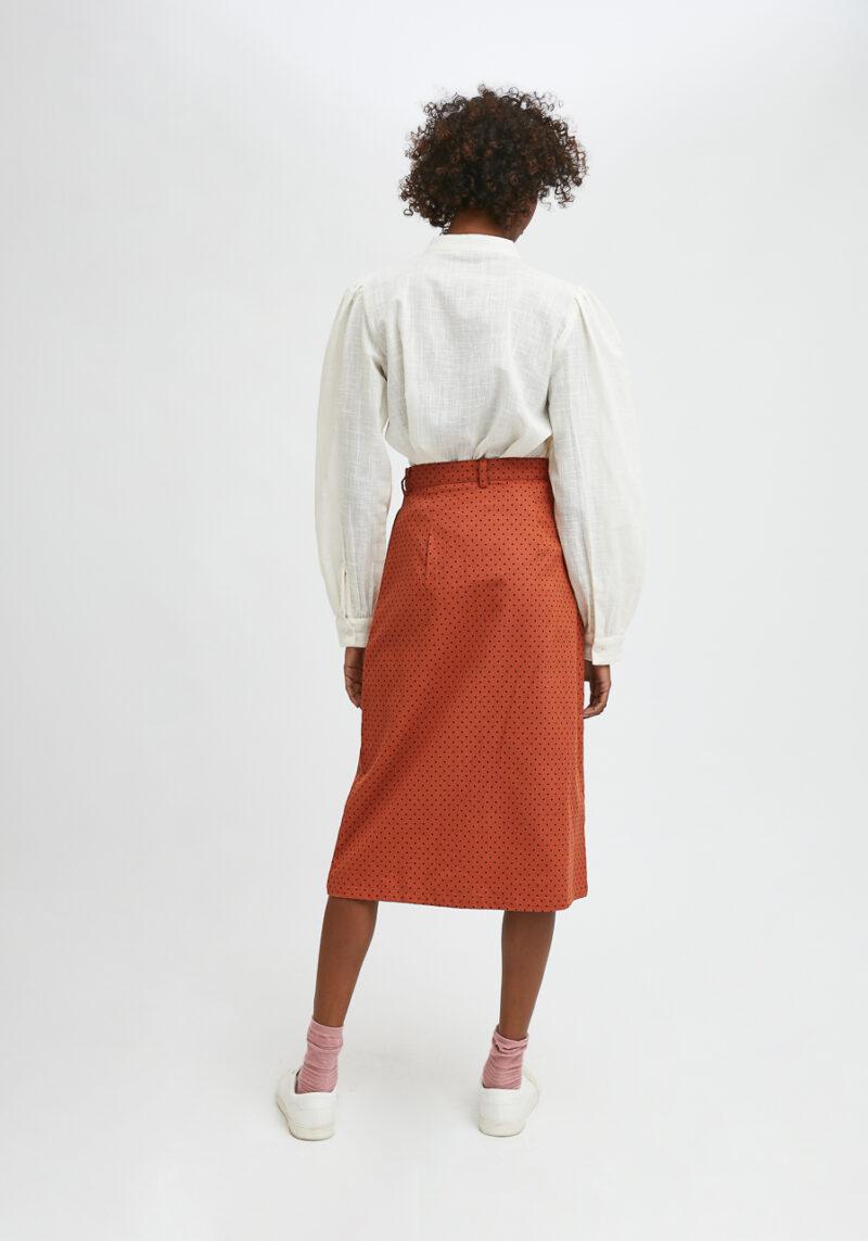 falda-midi-recta-color-marron-lunares-negros