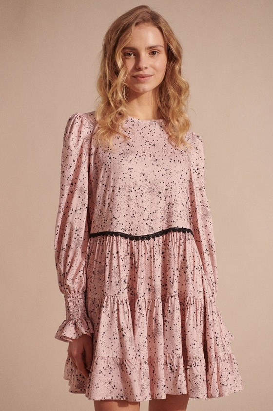 vestido-rosa-estampado-estrellas-negras