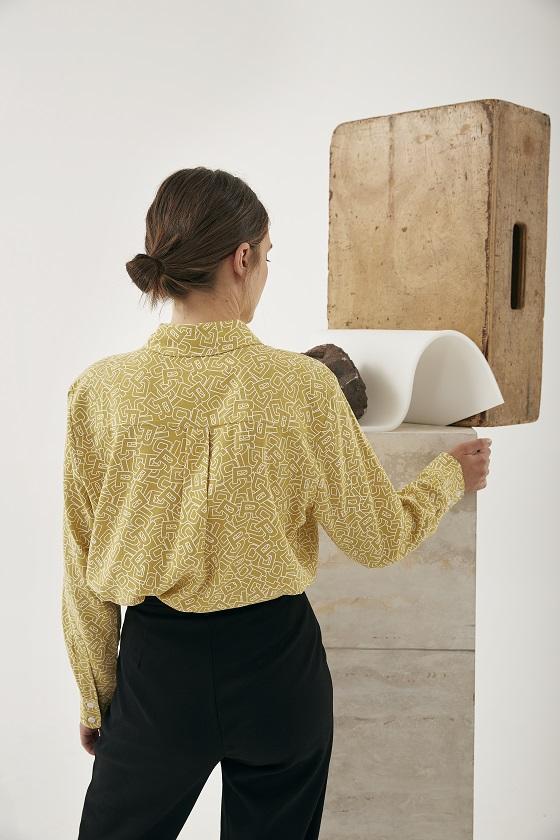 camisa-amarilla-estampado-letras-alia
