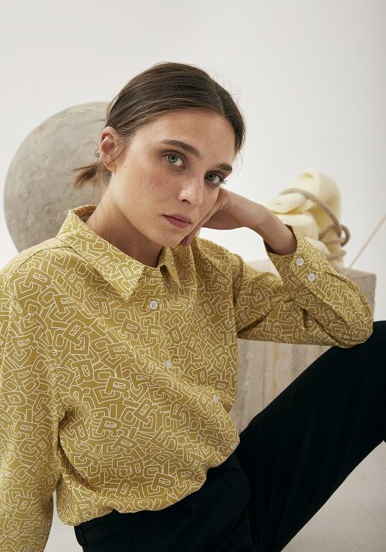 camisa-amarilla-estampado-letras