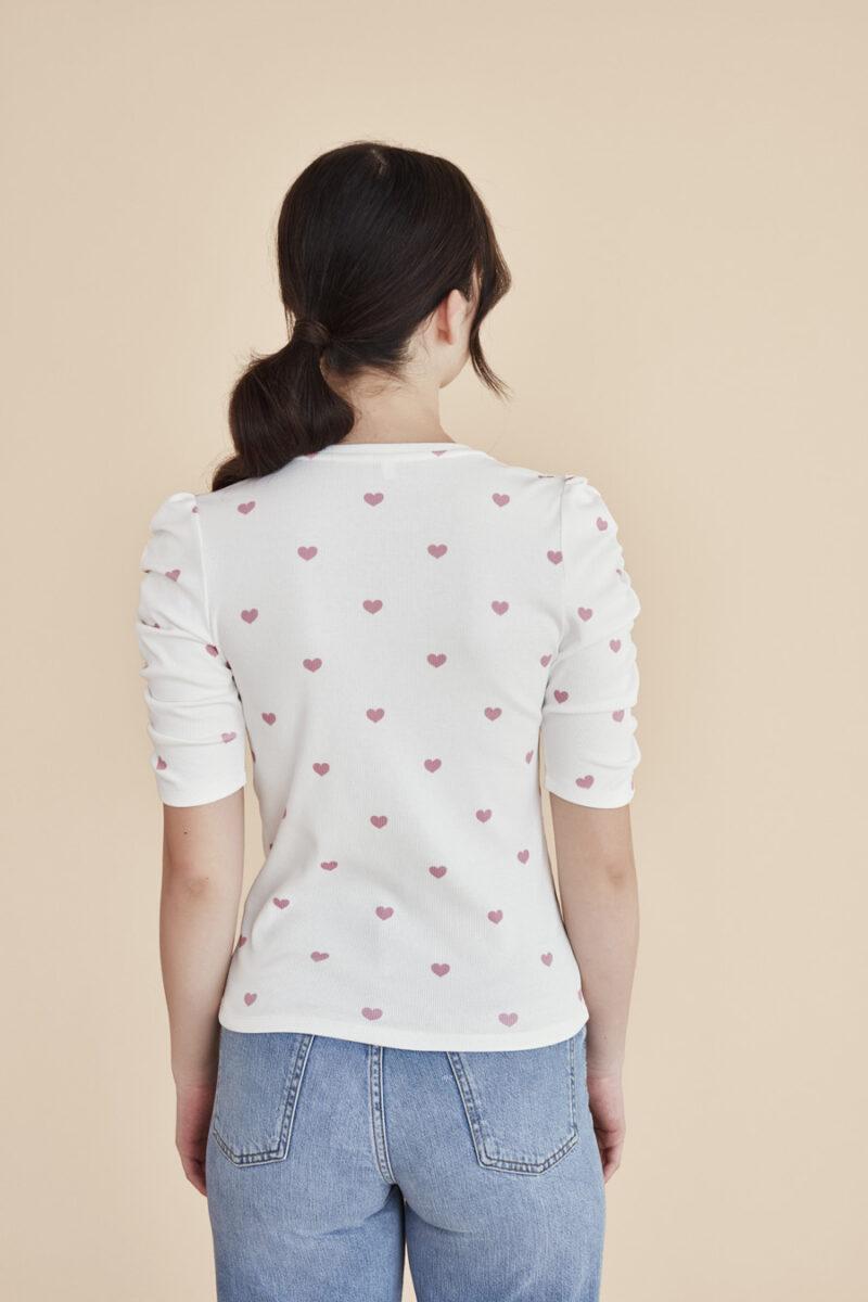 camiseta-blanca-estampado-corazones-rosas