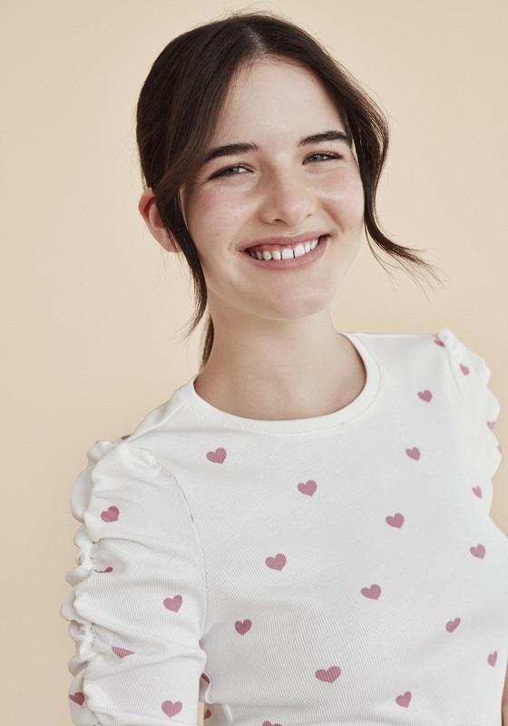 camiseta-blanca-estampado-corazones