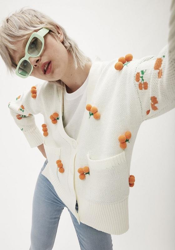 chaqueta-blanca-pompones-naranjas