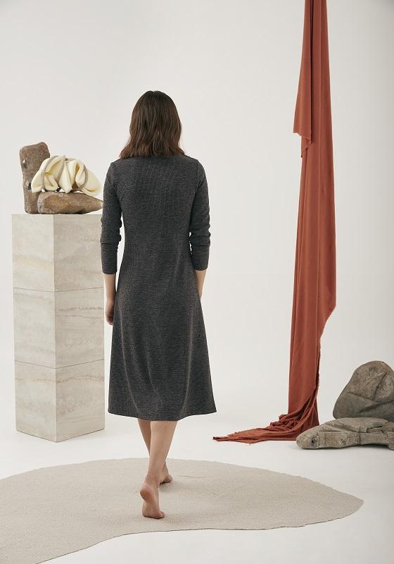 vestido-largo-escote-pico-gris