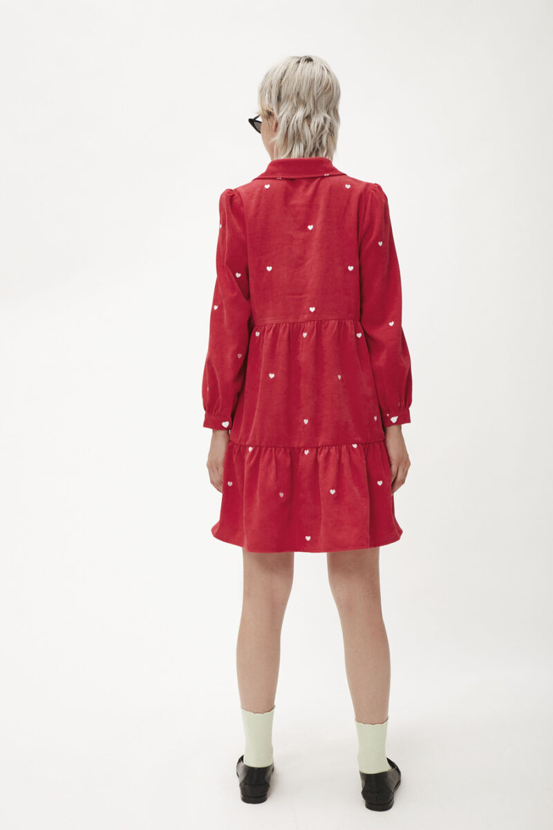 vestido-rojo-bordado-corazones-blancos