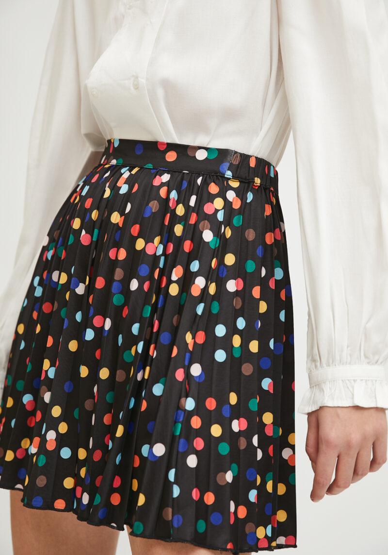 falda-corta-color-negro-topos-colores