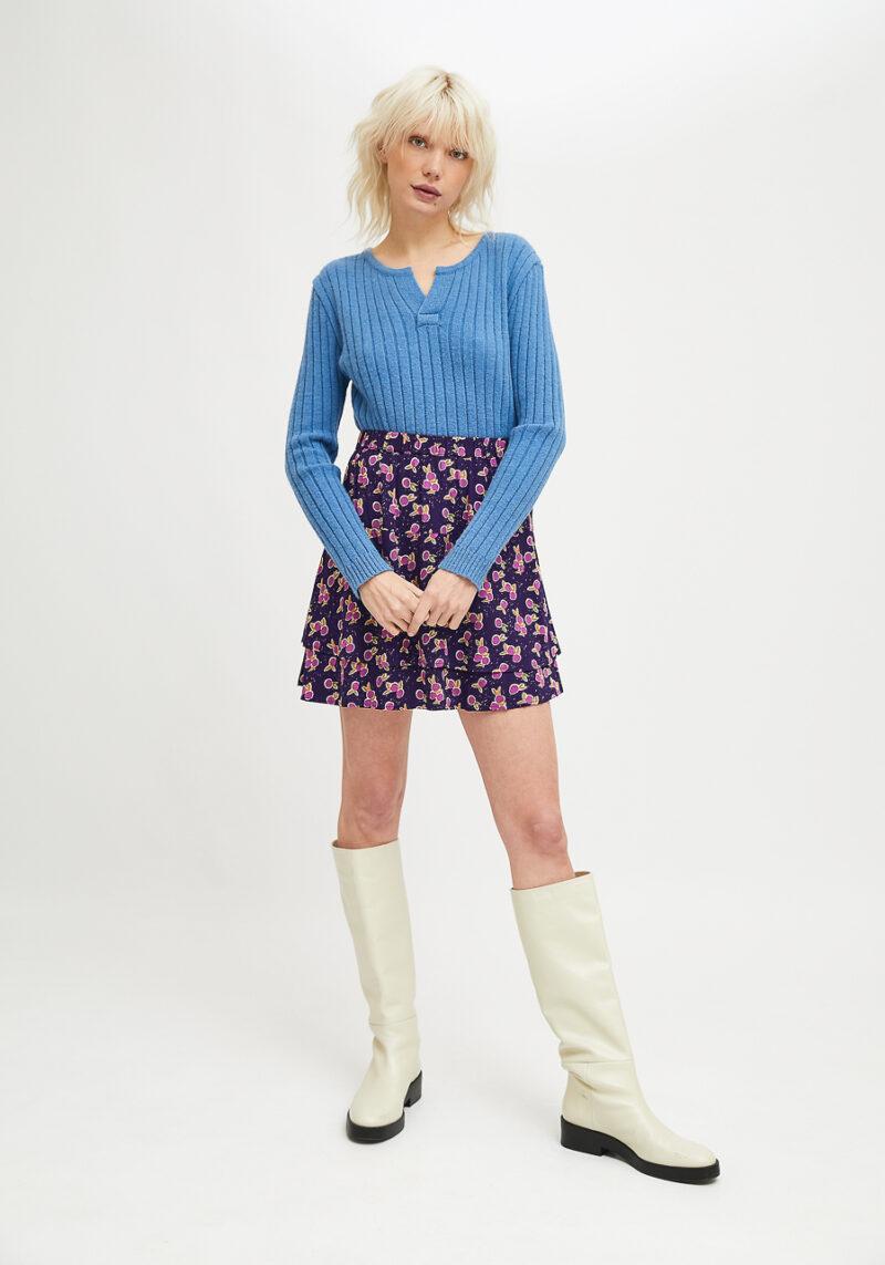 falda-corta-morada-estampado-ciruelas