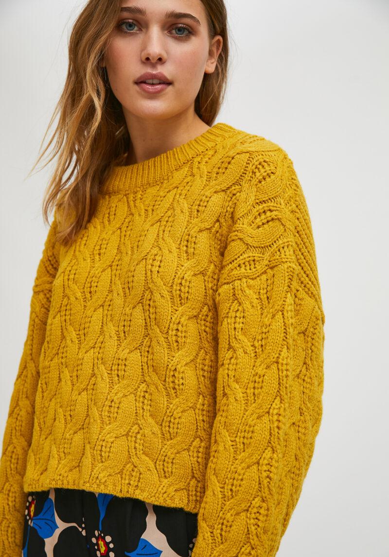 jersey-trenzado-cuello-redondo-color-mostaza